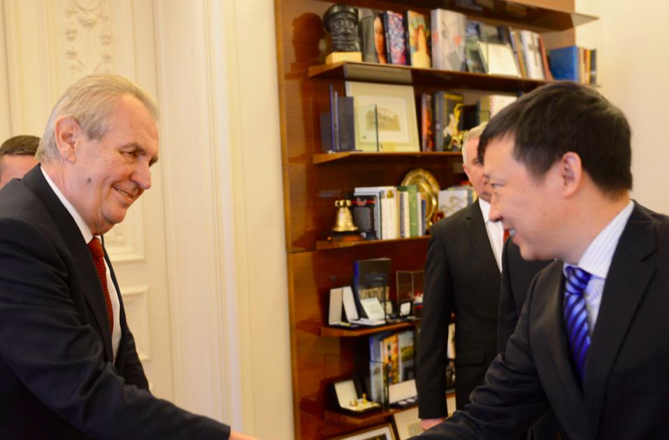 Miloš Zeman se zástupci Huawei (Twitter Jiřího Ovčáčka)