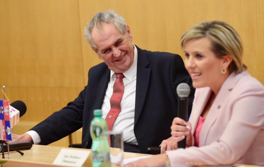 Miloš Zeman a hejtmanka Jana Mračková Vildumetzová (Twitter Jiří Ovčáček)