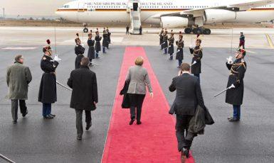 Německá kancléřka Angela Merkelová nastupuje do poruchového Airbusu Luftwaffe (Tiskový odbor německé vlády BPA)