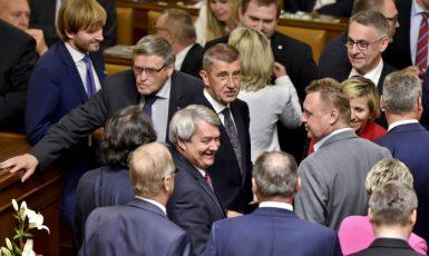 Premiér Babiš obklopený poslanci ANO a KSČM (Poslanecká sněmovna, 2019)  (ČTK)
