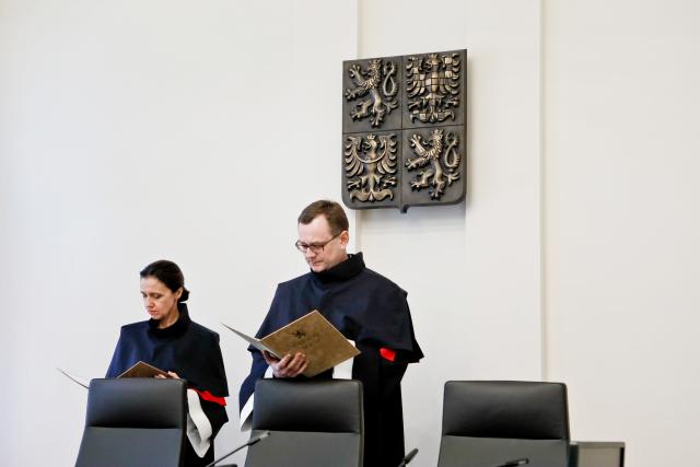 Soudci Kateřina Šimáčková a Vojtěch Šimíček čtou rozhodnutí Ústavního soudu v Brně (ČTK)