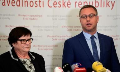 Nejvyšší státní zástupce Pavel Zeman a ministryně spravedlnosti Marie Benešová (za ANO), která jej dohnala k rezignaci. (ČTK)