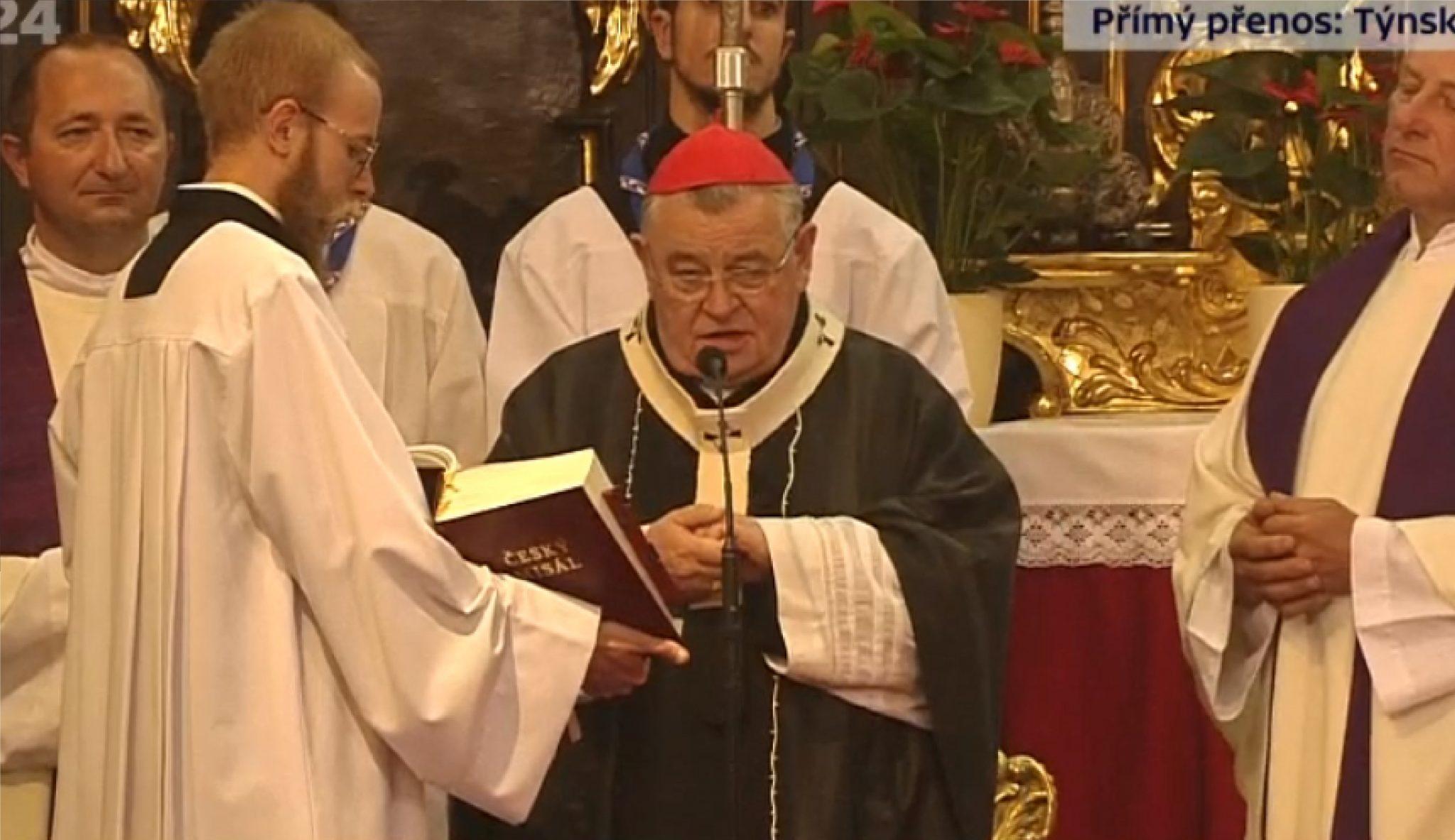 Kardinál Dominik Duka vede pohřební obřady v Týnském chrámu. (ČT)