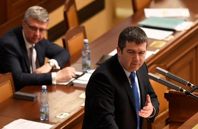Ministr průmyslu a obchodu Karel Havlíček (ANO) a ministr vnitra Jan Hamáček (ČSSD) v Poslanecké sněmovně (ČTK)
