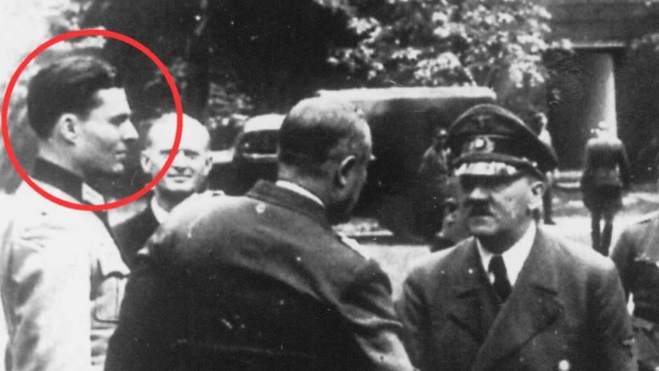 Hrabě Stauffenberg na archivní fotografii.  Časopis Stern zakroužkoval jeho osobu na fotografii s Hitlerem. (stern.de)