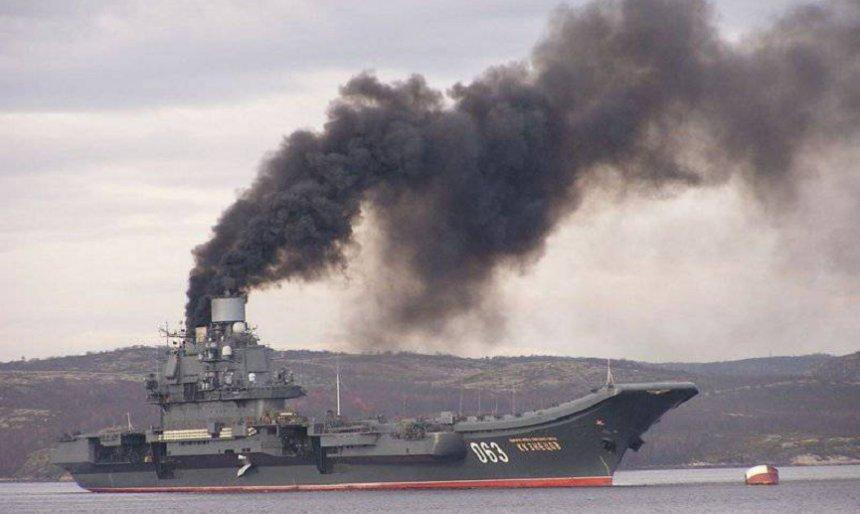 Jedinou ruskou letadlovou loď, 35 let starý křižník Admirál Kuzněcov, prozrazuje kvůli zastaralým kotlům a pohonu na mazut hustý dým.  (Twitter)