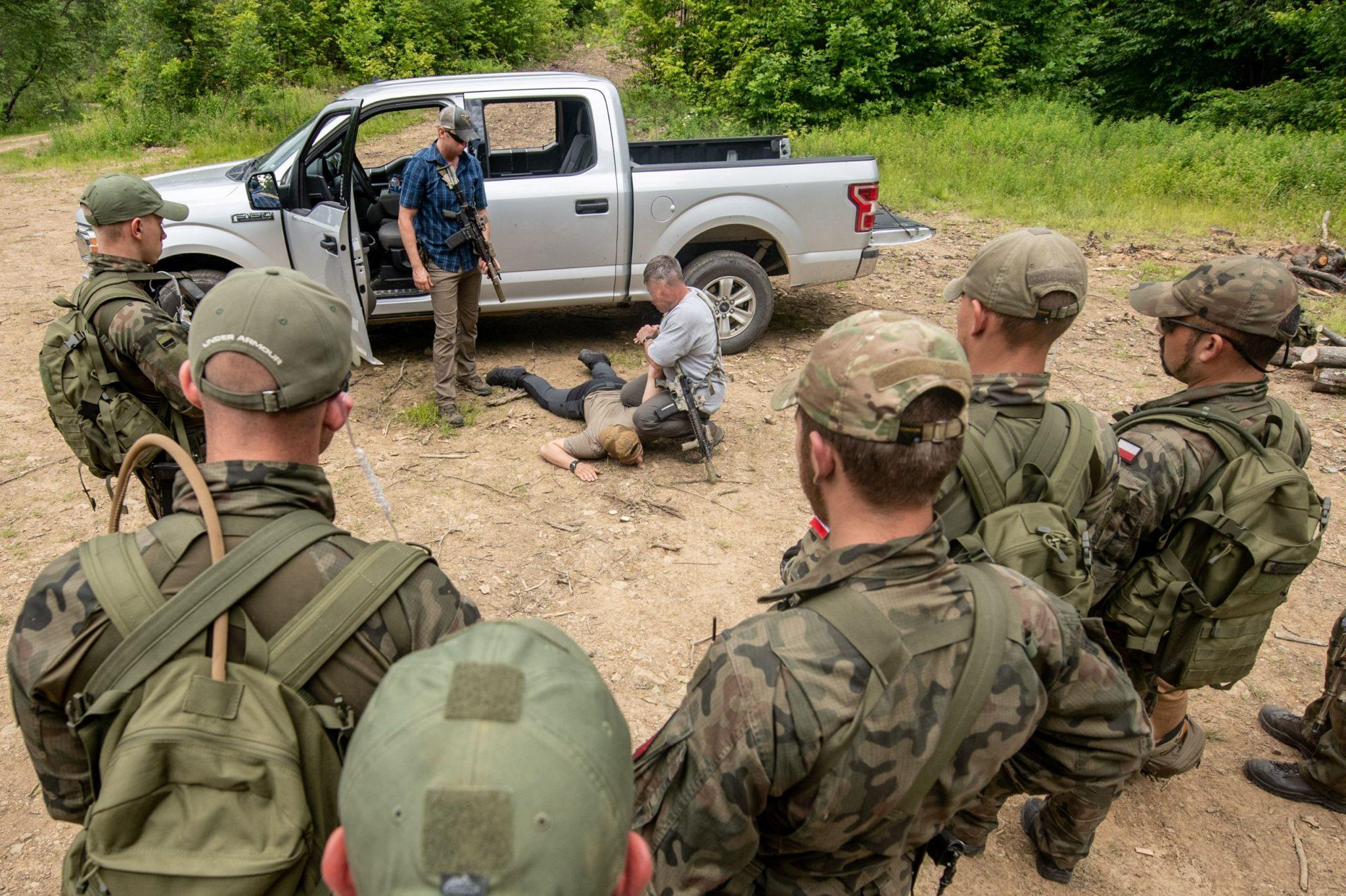 """Vojáci speciální polské jednotky na cvičení u """"zelených baretů"""" (National Guard, Edwin L. Wriston)"""