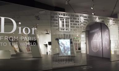 """Triko a """"kecky"""" po 700 eurech a v případě nutnosti popřít i nos mezi očima. Hodnoty podle firmy Christian Dior. (Dior Youtube)"""