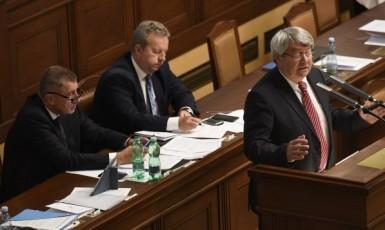 Premiér Andrej Babiš, ministr životního prostředí Richard Brabec a předseda KSČM Vojtěch Filip ve Sněmovně (ČTK)