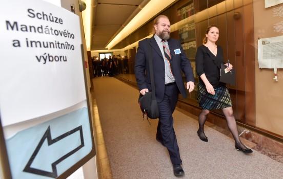 Státní zástupce Jaroslav Šaroch přichází na schůzi sněmovního mandátového a imunitního výboru (ČTK)