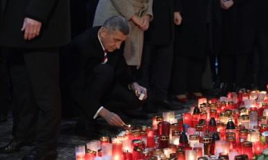 Premiér Andrej Babiš zapálil 17. listopadu 2019 svíčku na Národní třídě v Praze při příležitosti 30. výročí sametové revoluce. (ČTK)