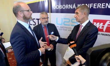 Ministr školství Robert Plaga, předseda Českomoravského odborového svazu pracovníků školství František Dobšík a premiér Andrej Babiš  (ČTK)
