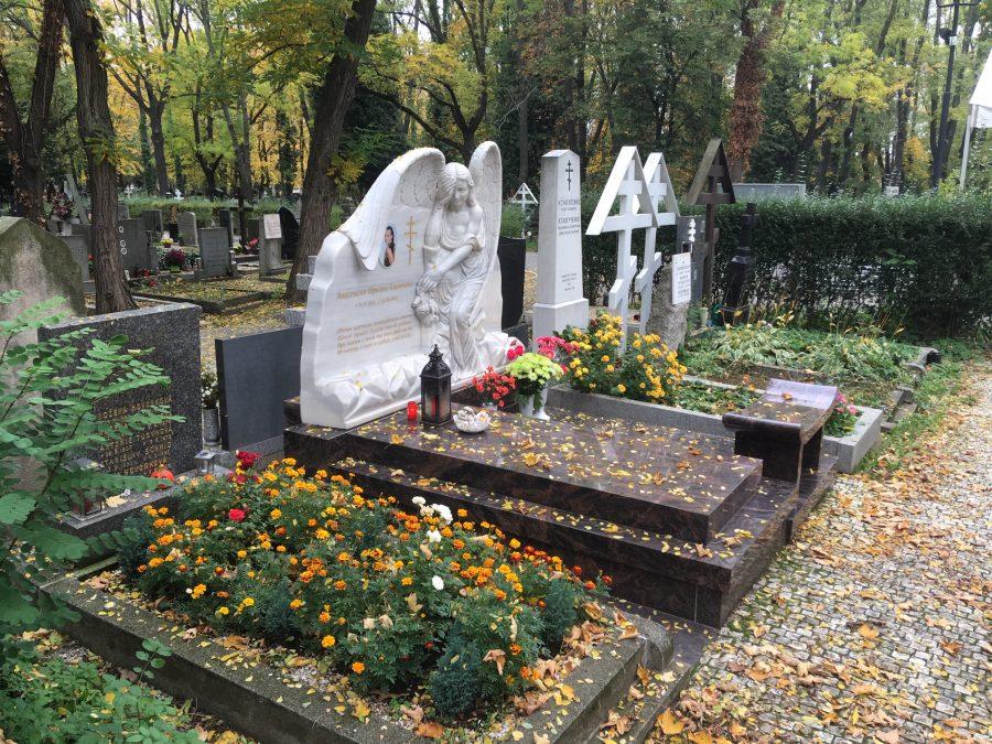 Ruský hrob na pražských Olšanech s mramorovou plastikou a sezením (archiv serveru Hlídací pes)