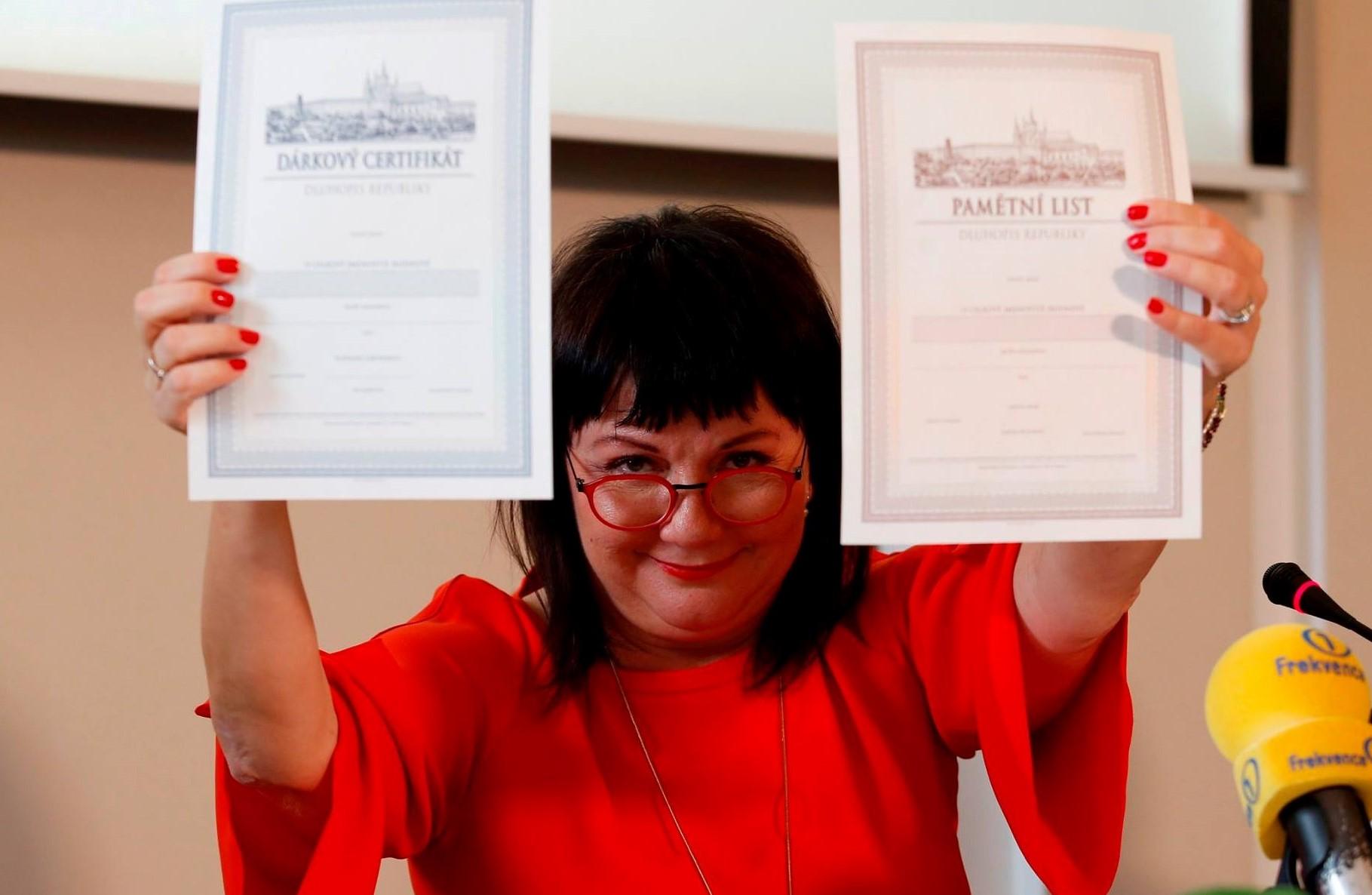 Ministryně financí Alena Schillerová (ANO) a její Dluhopisy Republiky (FB Aleny Schillerové)