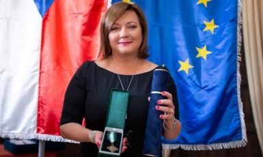 Ministryně financí Alena Schillerová (ANO) s čestnou medailí od Hasičského záchranného sboru ČR (FB AS)