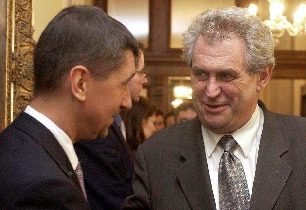 Andrej Babiš s tehdejším premiérem Milošem Zemanem po podpisu smlouvy o prodeji Unipetrolu (ČTK)