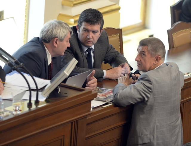 Předseda KSČM Vojtěch Filip, ministr vnitra Jan Hamáček a předseda vlády Andrej Babiš  (ČTK)