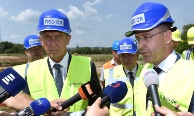 Premiér Andrej Babiš a ministr dopravy Vladimír Kremlík  (ČTK)