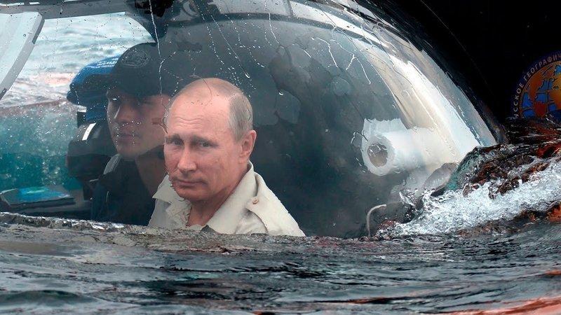 Vladimir Putin se v batyskafu noří do hlubin, kde by si mnoho Rusů přálo, aby také zůstal. Ilustrační snímek (Twitter)