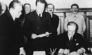 Podpis paktu Molotov-Ribbentrop v Moskvě v noci z 23. na 24. srpna 1939 (v pozadí J. V. Stalin) (ČTK)