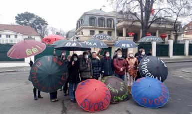 Aktivisté protestovali před čínskou ambasádou v Praze (Kaputin)