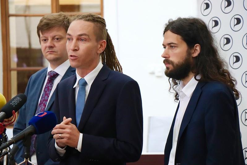 Pirátští poslanci Radek Holomčík, Ivan Bartoš a Mikuláš Ferjenčík  (Piráti)