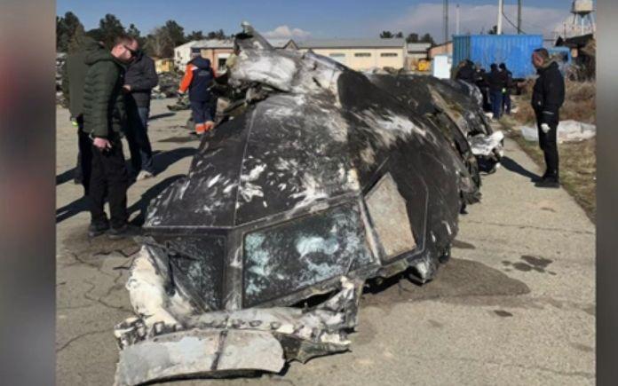 Přední část trupu sestřeleného boeingu ukrajinských aerolinií u Teheránu (BBC)