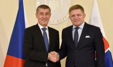 Premiér Andrej Babiš (ANO) a bývalý předseda slovenské vlády Robert Fico (Smer-SD)  (ČTK)
