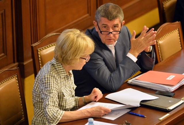 Poslankyně Helena Válková a premiér Andrej Babiš (oba ANO) v Poslanecké sněmovně (ČTK)