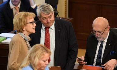 Helena Válková (ANO) diskutuje s Vojtěchem Filipem (KSČM), vpravo Leo Luzar (KSČM) (ČTK)