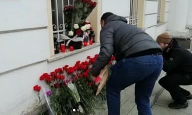 Rusové přinášejí květiny k poctě vraha Sulejmáního. (Instagram)
