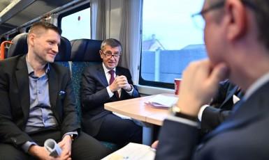 Andrej Babiš a vicepremiér Karel Havlíček ve zvláštním vagónu ČD. Zbytek vlaku sestává z nejhorších vagónů, které dopravce má (FB Andrej Babiš)