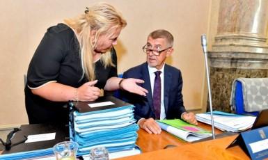 Ministryně pro místní rozvoj Klára Dostálová a premiér Andrej Babiš (oba ANO) (ČTK)