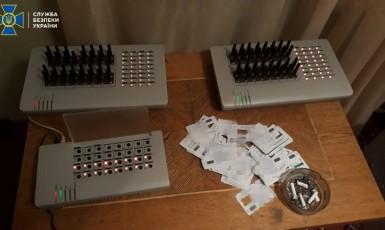 SIM karty a jejich čtecí zařízení v odhalené trollí farmě v Kyjevě  (SBU)