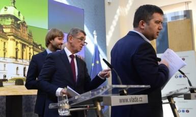 Ministr zdravotnictví Adam Vojtěch, premiér Andrej Babiš a ministr vnitra Jan Hamáček  (ČTK)