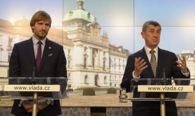 Ministr zdravotnictví Adam Vojtěch a premiér Andrej Babiš (oba ANO)  (ČTK)