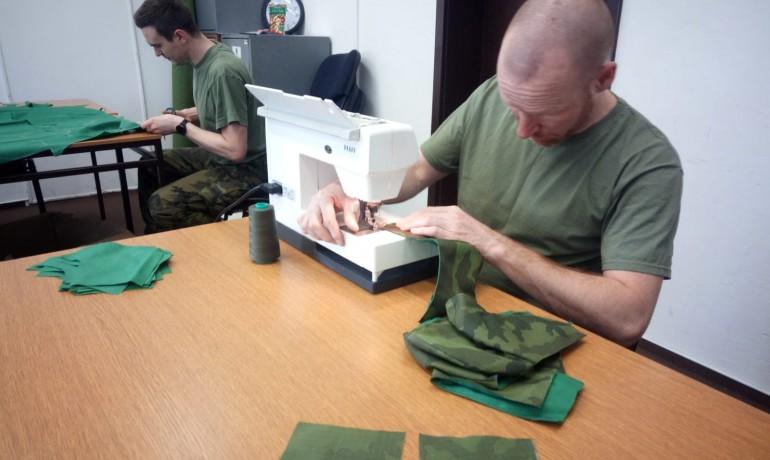Vojáci si sami šijí roušky. (Facebook 43. výsadkový prapor)