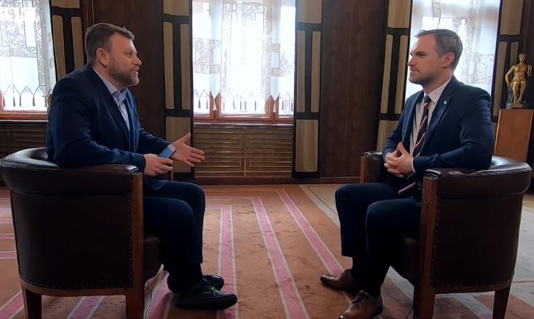 Reportér BBC Oleg Antoněnko (vlevo) a pražský primátor Zdeněk Hřib  (Screenshot BBC)