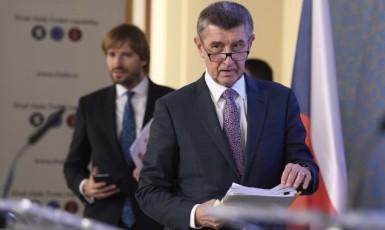 Premiér Andrej Babiš, v pozadí bývalý ministr zdravotnictví Adam Vojtěch (oba ANO) (ČTK)