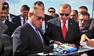 Vladimir Putin a Recep Tayyip Erdogan si kupují zmrzlinu na letecké přehlídce v Rusku. (YouTube/GlobalNews)