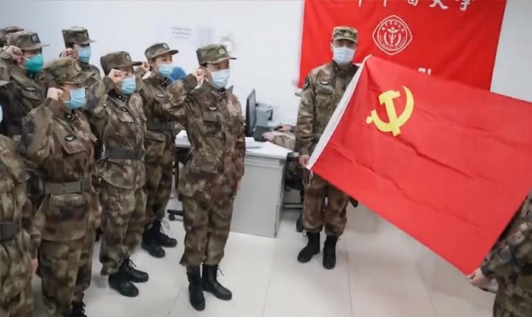Čínská armáda se vydává do boje s koronavirem. (Facebook/Velvyslanectví Čínské lidové republiky)