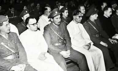 Právě v této chvíli ve středu 5. dubna 1950 dopoledne poslouchá novoříšský opat Augustin Machalka (vlevo), že jde na 25 let do vězení. Želivský opat Bohumil Vít Tajovský (také v bílém uprostřed) dostal 20 let. (ČTK)