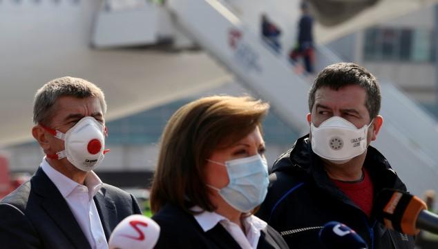Premiér Andrej Babiš, ministryně financí Alena Schillerová a ministr vnitra Jan Hamáček při vítání draze zaplaceného čínského zboží  (ČTK)