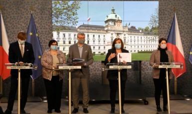 Tisková konference vlády: Adam Vojtěch, Marie Benešová, Karel Havlíček, Alena Schillerová, a Jana Maláčová  ()