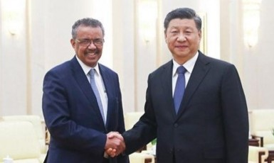 Generální ředitel WHO Tedros Adhanom Ghebreyesus  a čínský prezident Si Ťin-pching koncem ledna v Pekingu (ČTK)