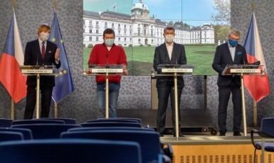 Tisková konference vlády: zleva dnes již bývalý ministr zdravotnictví Adam Vojtěch, ministr vnitra Jan Hamáček, premiér Andrej Babiš, ministr průmyslu, obchodu a dopravy Karel Havlíček  (ČTK)