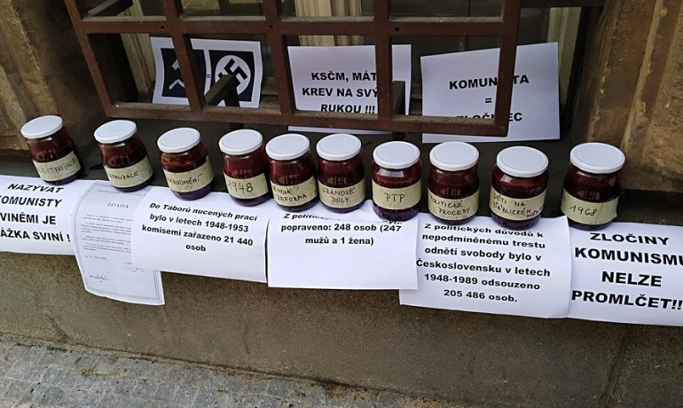 Sklenice naplněné krví jako protest u sídla KSČM (Jenny Nowak)