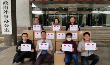 Čínští dobrodinci se fotografují pro město Náchod.  (Facebook Náchod)