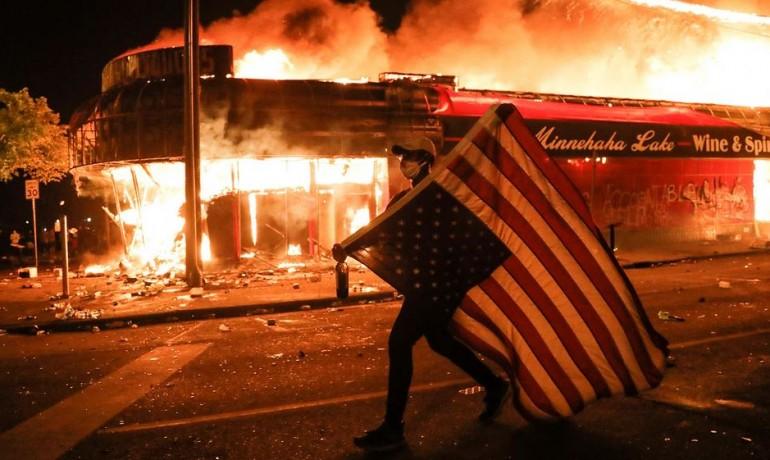Protesty v Minneapolisu (na snímku) a dalších amerických městech přerostly v násilnosti, žhářství a rabování.  (foreignpolicy.com/AP)