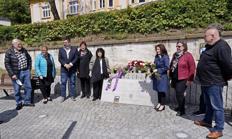 Shromáždění u pomníku padlých příslušníků ROA. Historik Alexej Kelin  vlevo, Zástupkyně ruské menšiny Eugenie Číhalová vlevo od desky (Tom Rimpel)